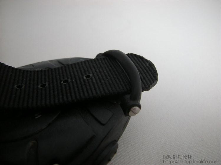 ストラップ用ループのベルトを通す写真